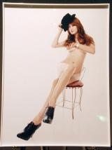 『チャリティ・ヌード写真展forピンクリボン』でセミヌードを披露したAKEMI