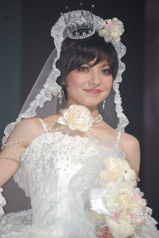 自身がデザインを手がけるウエディングドレスの新ブランド発表会『BCK message BECKY's Design Debut Collection』でショートヘアスタイルでモデルとして登場したベッキー (C)ORICON DD inc.