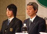1月10日、プロ転向を発表した石川選手(左)と父