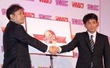 握手をする(左から)週刊少年サンデー林正人編集長と週刊少年マガジン森田浩章編集長