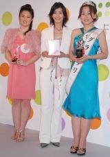 (左から)佐藤藍子特別賞受賞者の今井麻利衣さん、佐藤藍子、グランプリ賞受賞者の貝沼まり代