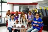 モデル菅野結以が、初の番組MCに挑戦した。(左前方から)HARU、菅野結以、ブラザートム (後方)RANパラガールズ