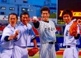 共演の高岡蒼甫(左から2番目)らと意気込む佐藤隆太