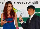 『第2回ベストアサイーニスト』の授賞式に出席した東原亜希(左)・水道橋博士