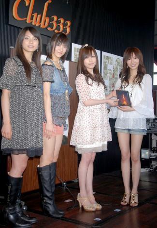2008年度東京タワーイメージガールお披露目会に出席した(左から)秋元才加、宮澤佐江、中西里菜、折井あゆみ