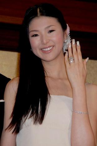美元の手を飾る指輪は…