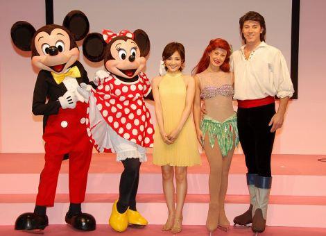 左からミッキー、ミニー、国仲、アリエル、エリック (C)Disney