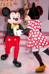 ミッキー&ミニーの華麗なスケーティング (C)Disney