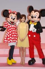ミッキー&ミニーと国仲涼子 (C)Disney