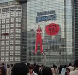 新宿・高島屋の壁面に登場した25mもの巨大ヤンクミ