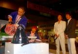 マグロ解体ショーに見入る大沢と伊原