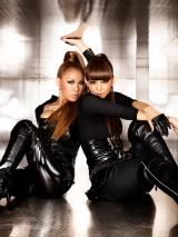 黒いキャットスーツ姿のDOUBLEと安室奈美恵(左)