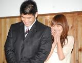 1月に東海大学柔道場で2ショット結婚会見を行った金メダリスト・井上康生とタレント・東原亜希。