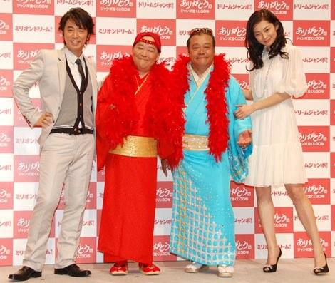 『ミリオンドリーム』の発売記者会見に出席した(左から)ユースケ・サンタマリア、小夢蔵(上島竜兵)、西田夢蔵(西田敏行)、伊東美咲