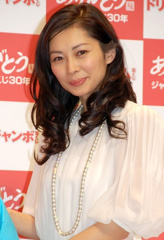 『ミリオンドリーム』の発売記者会見に出席した伊東美咲