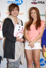 グランプリに輝いた花村想太さん(左)、プレゼンターの安良城紅(右)