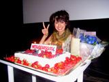 今月15日の19歳の誕生日を関係者からサプライズで祝福され笑顔の南明奈