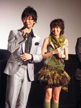 ゲームの監督を務めた小島秀夫氏(左)と南明奈(右)
