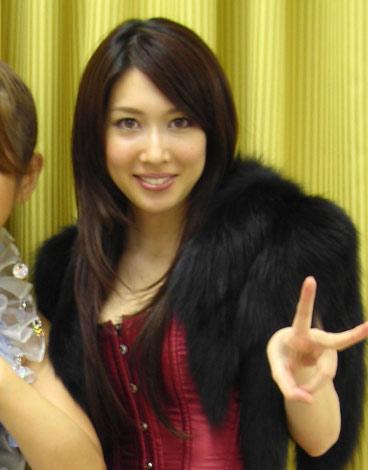 小林恵美はモニカ風セクシー衣装で登場
