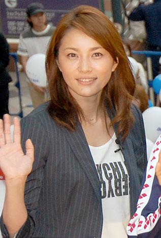 映画『ダイブ!!』の記者会見に出席した瀬戸朝香