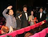 正式上映で観客の声援に応える監督、出演者 (c)Kazuko Wakayama