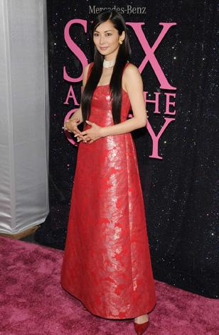 サムネイル 真っ赤なドレスで登場した伊東美咲