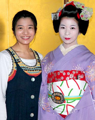 NHK朝の連続テレビ小説『だんだん』の取材会に出席した、ラフなスタイルの三倉茉奈と舞妓姿の佳奈