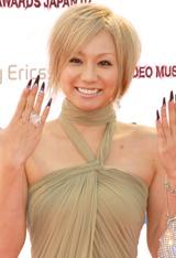 ベージュのロングドレスに金髪のショートヘアで登場した倖田來未