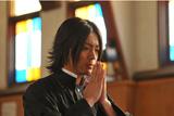 物語のカギを握る神父を演じる山田孝之