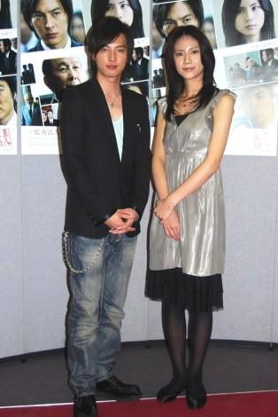 (左より)塚本高史、松下奈緒