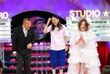 入籍を発表した『きらきらアフロ』(テレビ東京系)では、松嶋に内緒でヒサダ(左)がサプライズゲストとして出演した(C)テレビ大阪