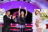 番組終盤には、松嶋の相方・中島知子(中央)も祝福に駆けつけた(C)テレビ大阪