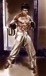 ファイティングポーズをキメるブルース・リー (c)2008 Bruce Lee Enterprises,LLC.
