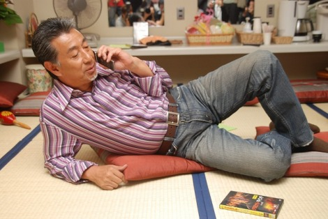 携帯片手にDVDのCM撮影に臨む高田純次