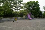 シェアハウスの前の公園で思い悩む及川宗佑(錦戸亮)は一夜を明かした