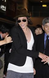 成田空港でファンに囲まれるキャサリン・メーニッヒ