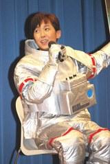 宇宙飛行士の衣装で登場した金子貴俊