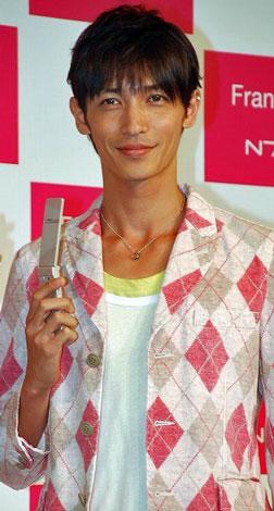 携帯電話『N706i』の発売記念発表会に出席した玉木宏