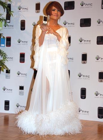 織姫をイメージしたという白い衣装で登場