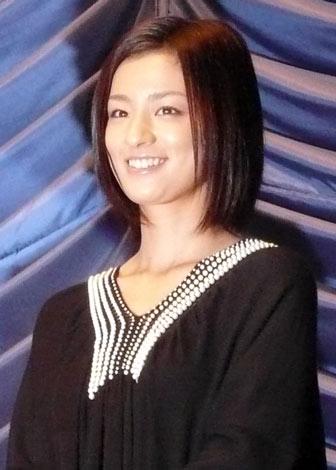 映画『クライマーズ・ハイ』初日舞台挨拶を行った尾野真千子