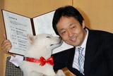 仲の良さを見せつけたカイくん(左)とビクターエンタテインメント代表取締役社長加藤裕一氏(右)
