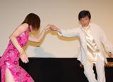 安田美沙子の登壇の際に手を差しのべるジャッキー・チェン