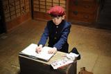 画を描く真知寿(少年期)