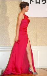 推定40センチ以上のスリットの入ったセクシードレスで登場した藤原紀香