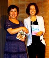 史上初の日本籍以外の芥川賞受賞作家となった楊逸と直木賞受賞の井上荒野(右)