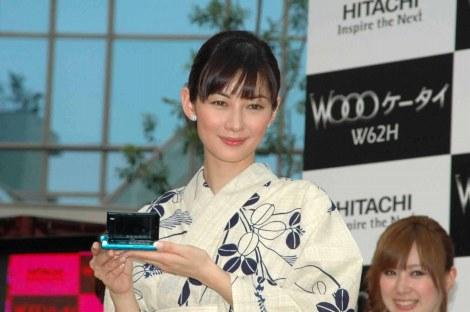 サムネイル 『Woooケータイ W62H 新CM発表会』に登場した伊東美咲