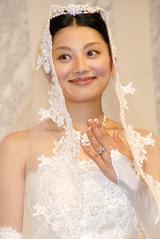 坂田が小池をイメージして作ったという3カラットのダイヤの指輪をみせる小池栄子