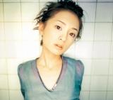 浜崎あゆみがシングルコレクションを発売 ※写真:デビューシングル「poker face」からの秘蔵ショット