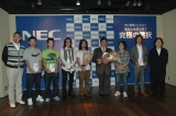 『NEC動画コンテスト —あなたはどっち?究極の選択』受賞者と審査員の記念撮影