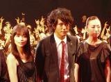 DMCメイクのファンをバックに記念撮影(左から加藤ローサ、松山ケンイチ、松雪泰子)